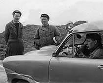 Den første bilen som var brukt i Kraftlaget si teneste var ein Ford Taunus. Frå venstre: Jens Sortland, Hans Frøyland og Torvald Våge (i bilen). Foto: Ole Johan Sortland.